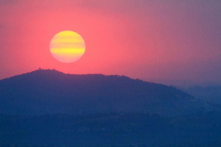 Zonsondergang achter de heuvels van Tana van Dennis van de Water