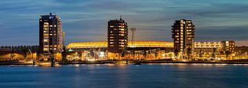 Kurz nach Sonnenuntergang Panorama von De Kuip in Rotterdam.