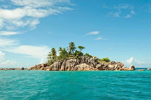 Prachtig onbewoond eiland in een azuurblauwe zee