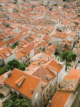 Dächer von Dubrovnik | Farbenfroher Pastell-Reisefotodruck aus Kroatien von Raisa Zwart