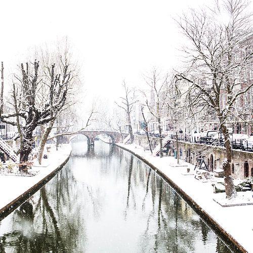 Winter in Utrecht. Sneeuw op de werven van de Oudegracht. van