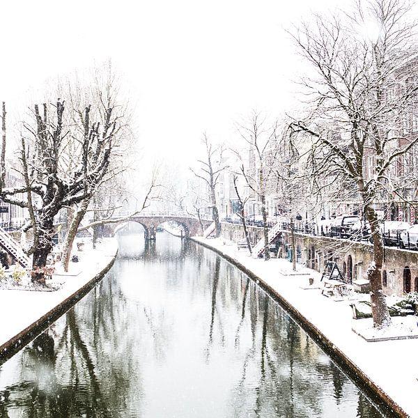 Winter in Utrecht. Sneeuw op de werven van de Oudegracht. van De Utrechtse Grachten