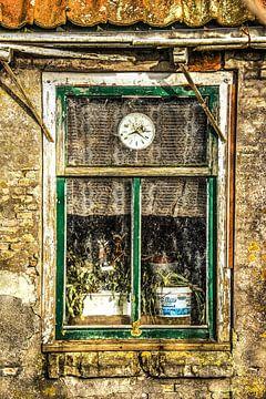 Raam van een verouderde woning zonder onderhoud van Harrie Muis