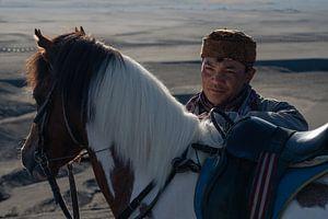 Portret van een paardrijder van het Tengger volk van Anges van der Logt