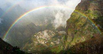 Regenboog in Madeira von Michel van Kooten