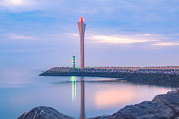 Radartoren op de Oostelijke Strekdam in Oostende van Daan Duvillier