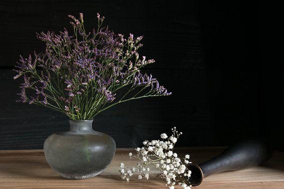 Stilleven met kleurrijke bloemen
