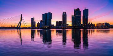 Skyline Rotterdam op de Kop van Zuid tijdens zonsopgang. van Kimo Grashuis