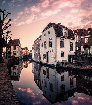 Een gracht in Oudewater van Niels Tichelaar