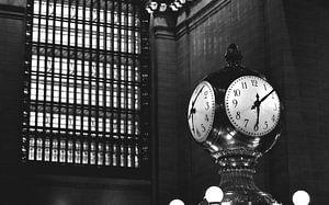 Fotografie des New Yorker Grand Central Terminal, goldene Uhr von Carolina Reina