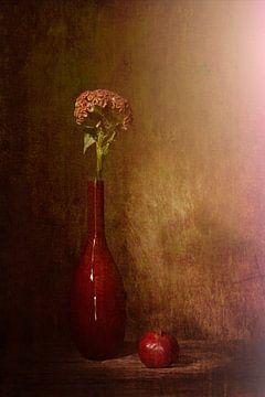 Rotes Stilleben mit roter Vase, roter Apfel, rote Blume von Saskia Dingemans