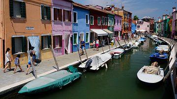 Bunte Häuser in Burano, in der Nähe von Venedig, Italien von Atelier Liesjes
