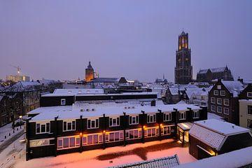 De binnenstad van Utrecht met Domtoren en Domkerk in de winter von