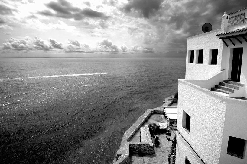 Wit huis aan zee , Spanje (zwart-wit) van Rob Blok