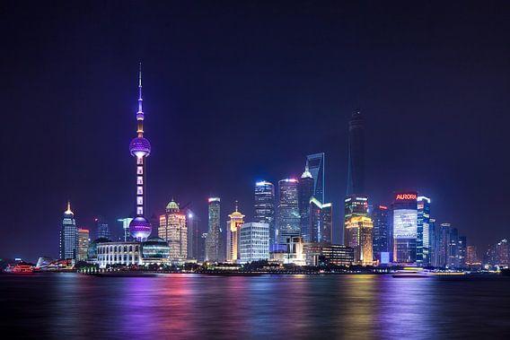 Nacht uitzicht op de skyline van Shanghai met de verlichte wolkenkrabbers