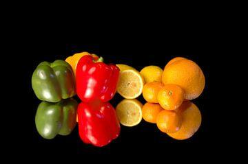 Des fruits et des légumes sur un miroir. sur Brian Morgan
