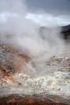 Schwefelhaltiger Lavadampf auf farbfrohem Rhyolithgestein bei Landmannalaugar, Island von Jutta Klassen