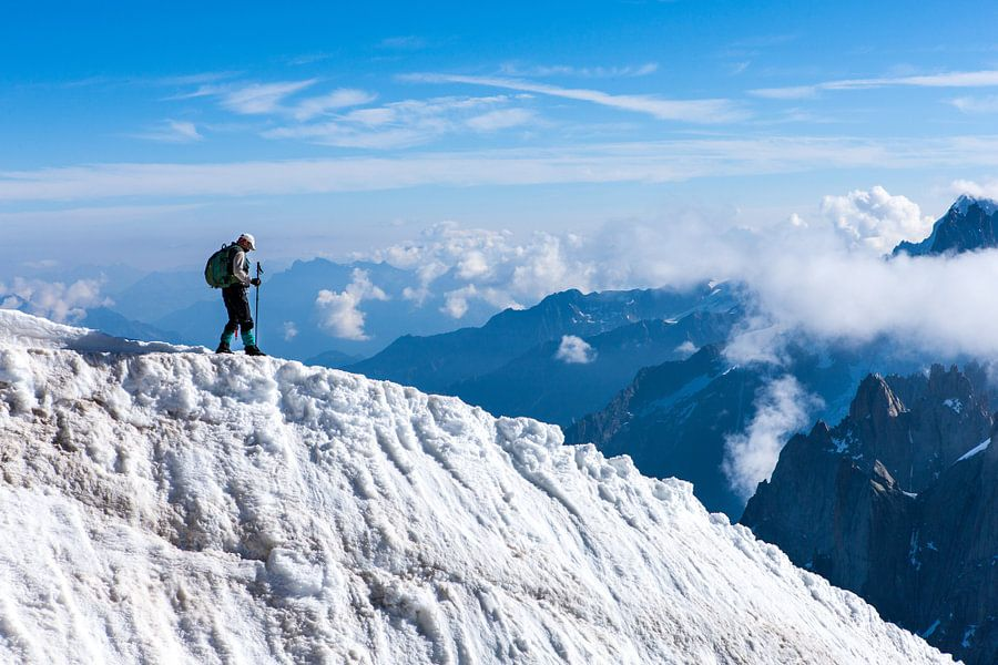 Bergbeklimmer daalt af op besneeuwde bergkam in de alpen bij chamonix. One2expose Wout Kok
