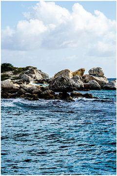 Rotsen bij Blue Bay, Curacao van Joke Van Eeghem