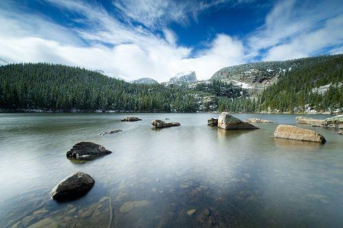 Rocky Mountain bergmeer in de winter van