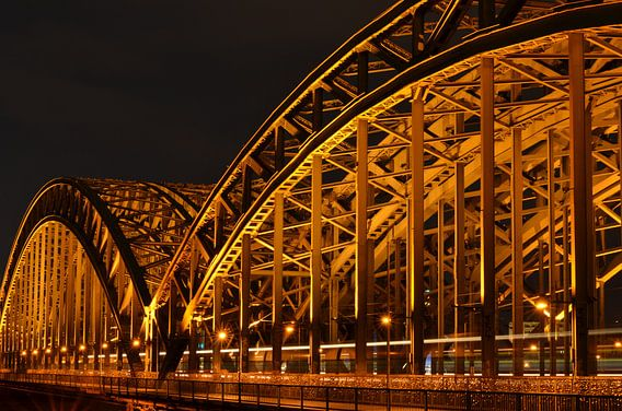 Hohenzollernbrücke Keulen, Duitsland 's nachts van Christopher Lewis