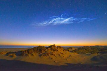 Lichtende nachtwolken bij maanlicht en ochtendschemer.