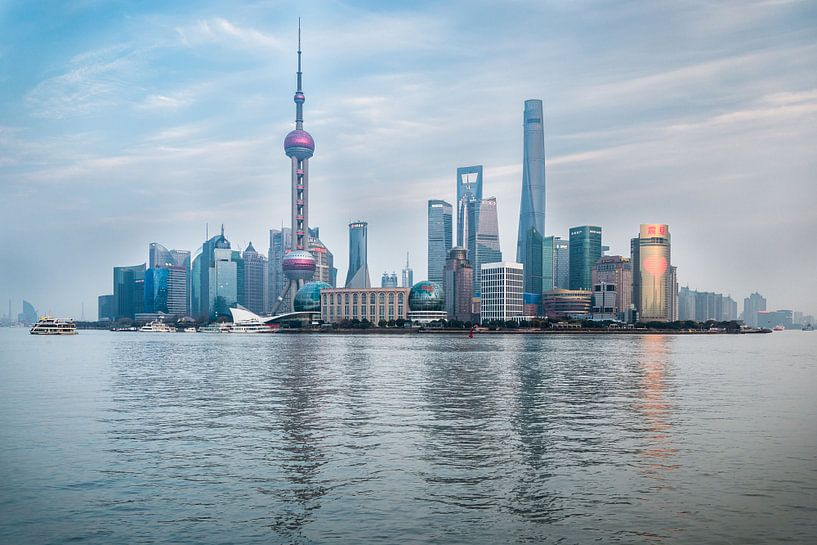 Shanghai Skyline  van Inge van den Brande