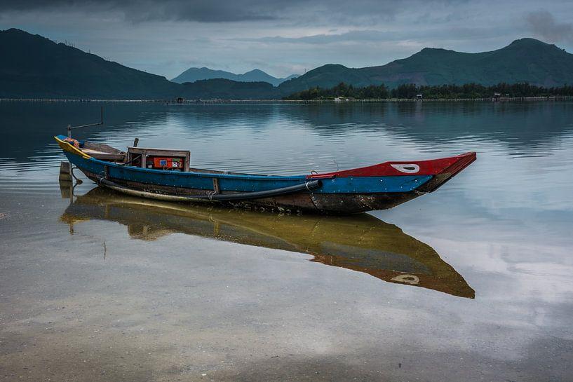Vissersboot met reflectie in het water. van Adri Vollenhouw