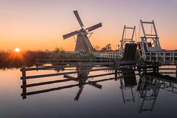 Die Mühle auf dem Kinderdijk mit Sonnenuntergang von Jelmer Laernoes