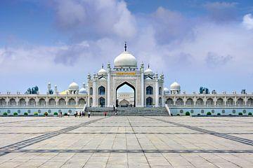 Witte moskee in Hui Cultureel centrum tegen een blauwe hemel van Tony Vingerhoets