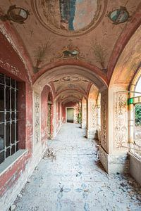 Ein schöner Korridor mit Malkunst und Licht