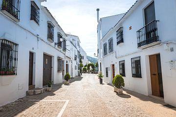 eine straße mit weißen häusern in zuheros in spanien von Compuinfoto .