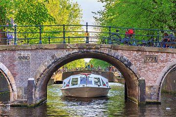 Rondvaart onder de brug in Amsterdam von Dennis van de Water