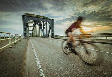 Wielrenner over de Ijsselbrug van Jan Willem Oldenbeuving