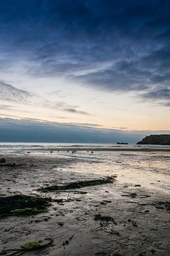 Coucher de soleil sur la plage de la marée basse sur Richard Janssen