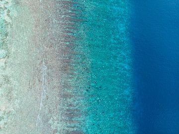 Azuur blauwe zee vanaf boven gezien van