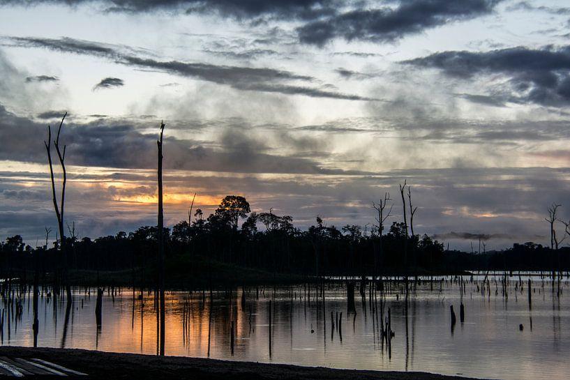 Mist en opkomende zon bij Ston Island van Ton de Koning