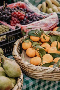 Marktkoopwaar en fruit te koop in manden van Moniek Kuipers