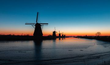 Avant que le soleil se lève à Kinderdijk, aux Pays-Bas sur Arisca van 't Hof
