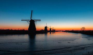 Bevor die Sonne in Kinderdijk, den Niederlanden, aufgeht von Arisca van 't Hof