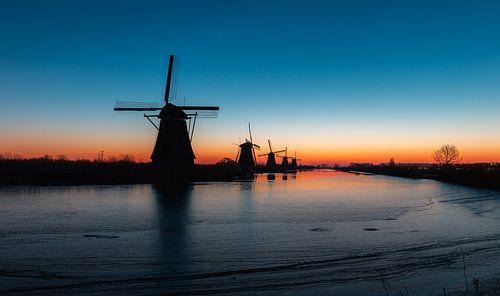 Voordat de zon opkomt in Kinderdijk, Nederland