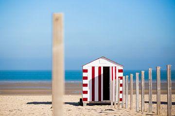 Gestreept strandhuisje aan de Belgische kust van Evelien Oerlemans