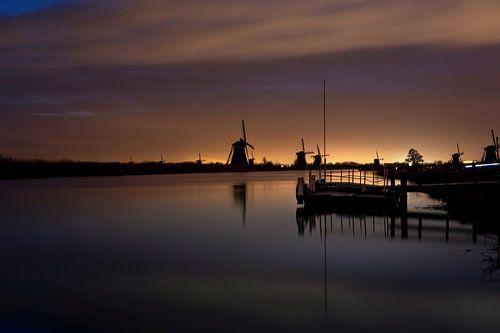 Historische Nederlandse windmolens langs een breed kanaal in Kinderdijk