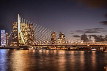 Prachtig licht bij de Erasmusbrug in Rotterdam van Michelle van den Boom