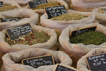 Kruiden op een Franse markt in Apt, Provence van Jan Piet Hartman