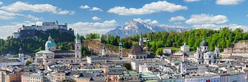 De oude binnenstad van Salzburg met de vesting Hohensalzburg van Markus Lange