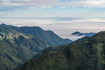 Wolkenvelden vanaf de Stille Oceaan in de Andes uitlopers van Ecuador von Lex van Doorn
