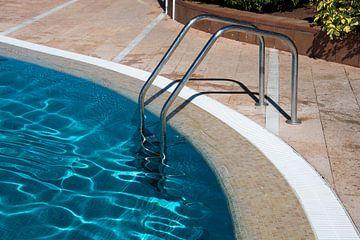 zwembad trapje in helder blauw water
