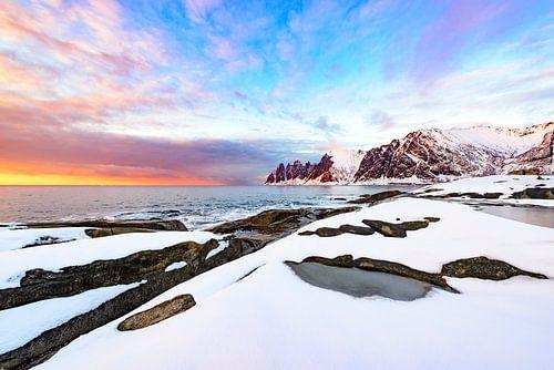 Zonsondergang over het Okshornan gebergte op het Senja eiland in Noorwegen
