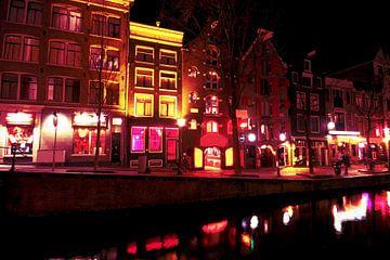 Red light district in Amsterdam Nederland bij nacht van Nisangha Masselink